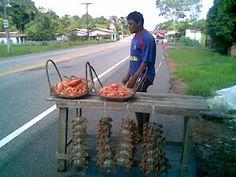 Vendedor de camarão e caranguejo.  Ilha do Mosqueiro (PA), Brasil