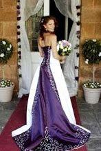 Traje de novia moderno en violeta y blanco Modern purple and white wedding gown...