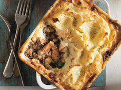 Lucky Star - Our Pilchard, Marrow & Mushroom Cottage Pie is a winner! View this recipe and many more! Also enter our recipe competition and you could WIN awesome prizes! Fish Recipes, Seafood Recipes, Dinner Recipes, Baked Peppers, Fish Pie, Fennel Salad, Baked Vegetables, Cottage Pie, Star Food