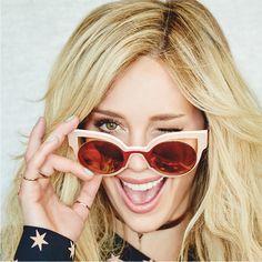 Η Hilary Duff φωτογραφήθηκε φορώντας το νέο ζευγάρι γυαλιών ηλίου Fendi. Ο κοκκάλινος σκελετός σε σχήμα πεταλούδας,  αναδεικνύει τη θηλυκότητα ενώ η  στρογγυλή φόρμα των φακών επικρατεί ως τάση σε όλες τις νέες συλλογές.
