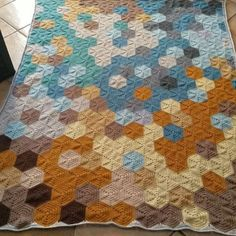 Here is a nice video of the finished blanket. It goes really well with the color scheme of my house. #pebblesblanket #hexagons #hexies #colorblockhexies #szydelko #vortexcrochet #crochetvideo #stylecraftspecialdk @woolwarehouse #woolwarehouse @boyeyarncrafts