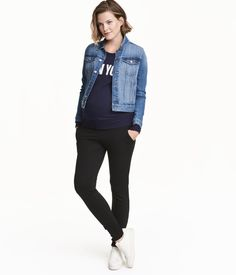 Joggers in lightweight sweatshirt fabric with wide ribbing at top, side pockets, and foldover ribbing at hems. Black Joggers Outfit, Jogger Outfit, Basic Outfits, New Outfits, H&m Fashion, Fashion Online, Black Women, Ideias Fashion, Black Jeans