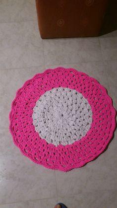 ALFOMBRA PARA MI NIETA SARA. Esta hecha con medio ovillo de trapillo blanco de un kilo y un ovillo entero de rosa chicle de un kilo.