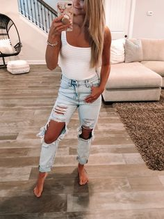 Super distressed mom jeans light wash for spring and white bodysuit outfit / - How To Be Trendy Casual Work Outfits, Mode Outfits, Jean Outfits, Trendy Outfits, Fashion Outfits, Work Attire, Fashion Mode, Outfits With Green Jeans, Emo Fashion