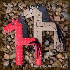 Tento nápad jsme našli ve Velké knize nápadů pro tvořivé ruce. Řekla bych, že spomocí dospěláka ho zvládnou děti od čtyř let. Z balicího papíru ustřihneme proužek (cca cm). Horse Crafts Kids, Farm Animal Crafts, Toddler Crafts, Crafts For Kids, Arts And Crafts, Paper Crafts, Origami And Quilling, Alphabet Art, Bunny Crafts