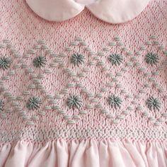 Smocking Baby, Smocking Plates, Smocking Patterns, Embroidery Patterns, Punto Smok, Baby Dress Tutorials, Girls Smocked Dresses, Smocking Tutorial, Baby Dress Design