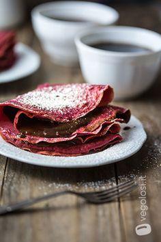 Crepes vegane al grano saraceno e barbabietola con un ripieno di cioccolato