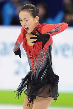 Mao Asada / 2010 Vancouver Japanese Figure Skater, Figure Skating Costumes, Ice Skating, Asian Beauty, Most Beautiful, Poses, Anatomy Reference, Athletes, Ballet