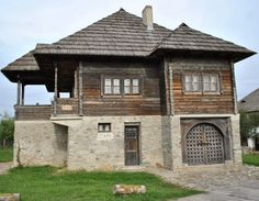 Atelierul de arhitectură Liliana Chiaburu: Case româneşti tradiţionale, case ţărăneşti - album (3.) Vernacular Architecture, Architecture Details, Unusual Homes, Architectural Features, Cabin Homes, Cozy Cottage, Beautiful Buildings, Traditional House, Home Fashion