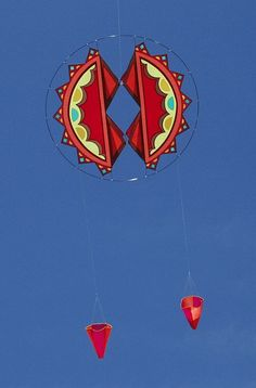 A unique designer kite with an Indian feel. Twin drogues are helping to keep the kite on an even keel. Drogue 'chutes are a practical way to get stability without the potential pitfalls of using long flowing tails. T.P. (my-best-kite.com)