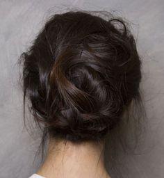Coiffures pour cheveux mi-longs : le chignon messy à épingles