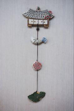 집벽걸이는 만들어 놓으면 휘리릭 빨리 빠져요~~^^ 도자기만 빠져나가고 대체 돈은 어디에 있는지를 모르겠... Diy And Crafts, Arts And Crafts, Keramik Design, Ceramic Art, Gift Tags, Belly Button Rings, Pottery, Clay, Ornaments