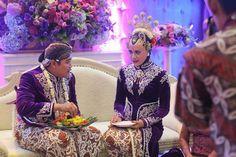 Selain tumpeng, sajian nasi kuning juga biasa hadir dalam pernikahan adat di Indonesia, seperti dalam pernikahan adat Jawa ini.