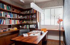 Na foto acima, um dos quartos funciona como escritório. Estante desenhada por Gustavo Calazans e mesa, de Sergio Rodrigues, comprada na Arqu...
