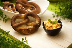 Es ist Oktoberfest, grund genug um Low Carb Brezeln mit Obatzter zu zubereiten. Sie sind kohlenhydratarm und glutenfrei.
