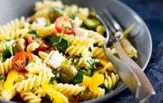 Kreikkalainen pastasalaatti Kreikkalainen pastasalaatti on ruokaisampi versio monen suosikkisalaatista. Kreikkalaisen pastasalaatin voi tarjota lounaaksi, pakata evääksi tai tehdä isompana annoksena noutopöydän ruoaksi. 1. Keitä pasta suolalla maustetussa vedessä pakkauksen ohjeen mukaan napakan kypsäksi. Huuhtele kylmällä vedellä ja valuta huolella. 2. Huuhtele ja halkaise kirsikkatomaatit. Pilko kurkku ja paprika. Valuta oliivit. 3. Nosta kaikki salaatin ainekset …