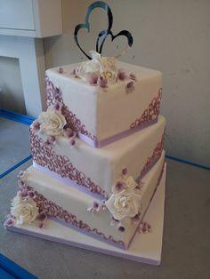 Inspiriert wurden das Brautpaar von der Einladungskarte.  www.thetinycakeboutique.com