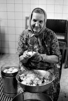 Hotelli Lahden Seurahuone 1.11.1969, perunankuorija työssään hotelliravintolan keittiössä. Sokos Hotelleissa 1960-70-luvun ammatteja ovat mm. pääportieeri, hotellisihteeri, piccolo, saunottaja, pääemäntä, tiskaaja, perunankuorija, liinavaatehuoneenhoitaja, hovimestari, viinikassa, konttoristi, talonmies ja baarimestari. Monet näistä ammattikunnista loppuvat hotelleissa 90-luvun alkuun mennessä. #sokoshotels40
