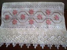 Marca; karsten,100% algodão  Medida:33x50  Cor cremecanelada)  Trabalho:ponto reto e pérola.  o bordado pode ser feito na cor que o cliente desejar.  Cores de toalhas; creme e branca