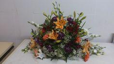 Hoy os presentamos un centro realizado con una gama amplia de flores: alstroemeria, lilium, claveles (salmón, púrpura y blanco) y lisianthus. Incluye tarrina y esponja. PVP aproximado: 52€
