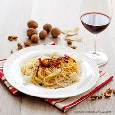 Pasta mit Nüssen Spaghetti, Pasta, Ethnic Recipes, Food, Grated Cheese, Large Plates, Pasta Meals, Food Portions, Cooking Recipes