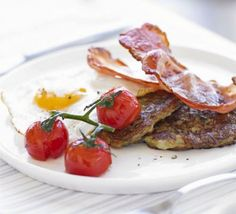Sizzling bacon and melt-in-the-mouth tomatoes top off this quick and easy fry-up, from Good Food Magazine. Irish Breakfast, Breakfast Recipes, Canadian Butter Tarts, Healthy Fries, Bacon Egg, Bbc Good Food Recipes, Irish Recipes, Baked Beans, Convenience Food
