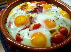 Huevos al horno con jamón serrano, cebolla y tomates: