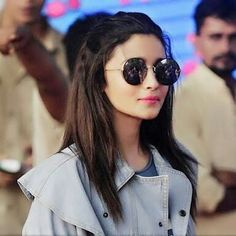 Alia Bhatt Biography - Age, Height, Wiki, Family & More - BuzzzFly Beautiful Bollywood Actress, Beautiful Actresses, Bollywood Stars, Bollywood Fashion, Alia Bhatt Photoshoot, Aalia Bhatt, Alia And Varun, Best Actress, Cute Woman