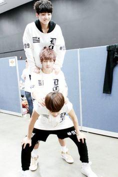 Jimin : I'm a strong boy! Jungkook : Waw, i feel so tall Taehyung : What the hell i'm doing right now Tae's face says it all! Jungkook V, Namjoon, Bts Bangtan Boy, Vmin, Foto Bts, Bts Photo, Jikook, 2ne1, Rap Monster