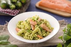 Ricetta Fusilli al pesto di zucchine con salmone - Le Ricette di GialloZafferano.it