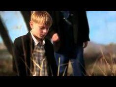 Um menino mais velho e seu jovem companheiro estavam caminhando ao longo de uma estrada que conduzia através de um campo. Eles viram um velho casaco e um par de sapatos mal usados de homem à beira da estrada, e…