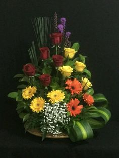 Keep your flower stems long, because you'll only must trim, and make a loose arrangement with a couple varieties Arrangements Funéraires, Large Flower Arrangements, Flower Arrangement Designs, Ikebana Flower Arrangement, Funeral Flower Arrangements, Altar Flowers, Church Flowers, Funeral Flowers, Simple Flowers