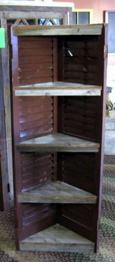DIY corner shelf made with old shutters - A lot of display space, yet takes up very little room. Furniture Projects, Home Projects, Diy Furniture, Carpentry Projects, Shutter Shelf, Shutter Projects, Pallet Projects, Old Shutters, Outdoor Shutters