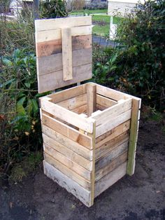 Recycled Pallet Building A Compost Bin From Pallets Wooden Pallet Projects, Wooden Pallet Furniture, Pallet Crafts, Wooden Pallets, Diy Furniture, Pallet Ideas, 1001 Pallets, Diy Projects, Palette Garden