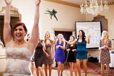 Las novias dicen adiós a los ramos y hola a los gatos... Tumblr chistoso: Brides Throwing Cats | ActitudFEM (lo mejor son las chicas de azul)