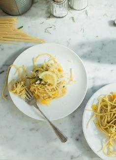 Skład:  4 duże ząbki czosnku (wybierzmy polski a nie chiński)  3 gałązki świeżego rozmarynu  1 duża biała cebula  1 żółta papryka  2 cytryny (niewoskowane)  2 jajka (te z ekologicznego chowu)  spaghetti (do wersji bezglutenowej proponuję penne)  przyprawy do Aglio Olio (najlepiej kupićgotową mieszankę)  oliwa z oliwek  szczypta cukru  sól i pieprz  starty parmezan  Sposób przygotowania:  1. Czosnek zgniatam nożem, obieram, a następnie kroję. Rozgrzewam oliwę na patelni i dodaję czosnek…