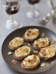 Appetizers with goat cheese and honey: appetizer recipe with goat cheese and honey - marmiton Source Brunch Appetizers, Appetizer Recipes, Goat Cheese Recipes, Bruchetta, Tiny Food, Weird Food, Snacks Für Party, Appetisers, Food Inspiration