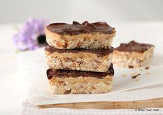 Chocolade pindakaas repen met zeezout, als snoepje tussendoor of als snackreep. Ik maakte een laag van karamel en zeezout door pindakaas te mengen met dadel