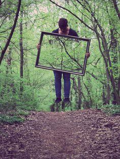 Une image assez spécial qui nous donne l'illusion que le garçon sur l'image ne touche nullement au sol. Il est dans une forêt, sur un chantier de marche. Selon moi, il a prit une photo des endroits où il voulait faire l'illusion qu'il ne touche pas le sol, pour ensuite superposé ses images à son œuvre.