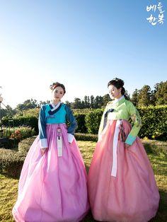 Korean traditional clothes. 예쁜한복의 아름다움이 더더 곱게 뭍어나있습니다~ 이래서 다들 한복을 사랑하시나봐요 ^^