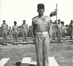 Le chef de corps du 2e B.E.P. le commandant Raffali devant son régiment.
