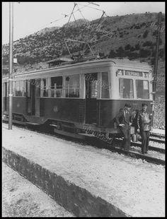 Το τραμ του Περάματος στην στάση Μπλαζάκη τα πρώτα χρόνια της λειτουργίας του. (Αρχείο Συλλόγου Συναξιούχων ΗΣΑΠ)