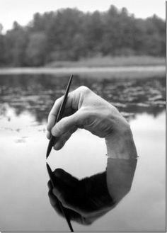 Arno Rafael Minkkinen es un fotógrafo finlandés y estadounidense (nacido en Helsinki en 1945) que ha viajado durante más de veinte años por el mundo y se ha sacado fotos integrando su cuerpo en el paisaje, mimetizándose con él, en cierta manera completando y dando sentido a lo que veía.