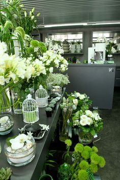flower display on the white side, counter, Garden White Flowers, Beautiful Flowers, Flower Shop Interiors, Flower Shop Design, Little Gardens, Flower Market, Flower Shops, Shop Layout, Garden Shop