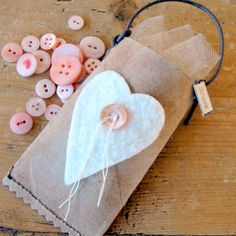 paper tube turned into a treat pocket. cute! Diy Inspiration, Button Crafts, Diy Gifts, Craft Gifts, Cardboard Tubes, Paper Towel Rolls, Simple Gifts, Toilet Paper Roll Crafts, Gift Bags