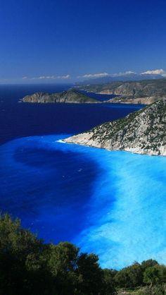 【ギリシャ】ミルトス・ビーチ。地中海のイオニア諸島において最大の面積を持つケファロニア島にあります。ヨーロッパだけでなく世界で最も美しいビーチの1つと評される眺めは、まさに絶景ですね!