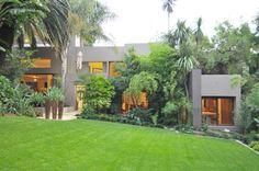 Una casa con las paredes de cristal y una vegetación exuberante, Sudáfrica DesignRulz.com