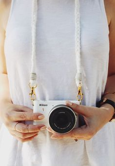 Camera Polaroid - Photography Tips You Can Trust Today Camera Aesthetic, Cute Camera, Armband Diy, Dslr Photography Tips, Straight Photography, Landscape Photography, Do It Yourself Inspiration, Diy Braids, Camera Straps