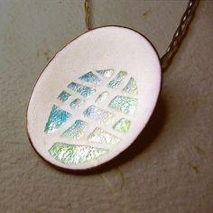 Matte white pendant with glossy transparent cells / Penjoll en blanc matisat i celosia / Colgante de esmalte al fuego en blanco mate sobre plata fina y cobre por MNesmalts, €112.00