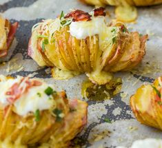 These Loaded Hasselback Potatoes are a quick and easy side dish recipe that takes a baked potato stuffs it with cheese and bacon! Top them with sour cream and enjoy. Baked Potato Slices, Baked Potato Recipes, Loaded Baked Potatoes, Sliced Potatoes, Papas Hasselback, Hasselback Potatoes, Christmas Dinner Menu, Cheese Potatoes, Baked Cheese